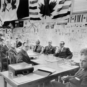 Le comité du drapeau mis sur pied par la Chambre des communes examine les 1 200 dessins proposés pour le nouveau drapeau canadien.
