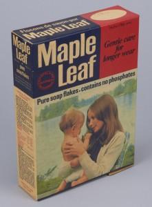 Les fabricants du détergent Maple Leaf employaient aussi des techniques aujourd'hui courantes en écomarketing. Cette boîte de détergent du début des années 1970 faisait la promotion de savon en paillettes sans phosphate et promettait un nettoyage « tout en douceur », que symbolisait l'image d'une jeune mère et de son enfant devant un lac immaculé.  Musée canadien de l'histoire, T-1307, IMG2015-0022-0096-Dm