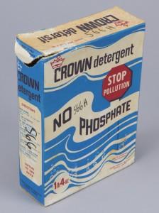 Après la décision du gouvernement fédéral, en 1970, de limiter la teneur en phosphate des détergents, les fabricants ont commencé à faire de la responsabilité environnementale un argument de vente clé. Cette boîte de détergent Crown du début des années 1970 exhortait les consommateurs à cesser de polluer en optant pour la formule « sans phosphate ».  Musée canadien de l'histoire, T-1319, IMG2015-0022-0098-Dm