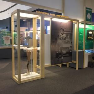 Un visiteur explore les étapes du Marathon de l'espoir en utilisant un des écrans interactifs de l'exposition Terry Fox – Courir au cœur du Canada.