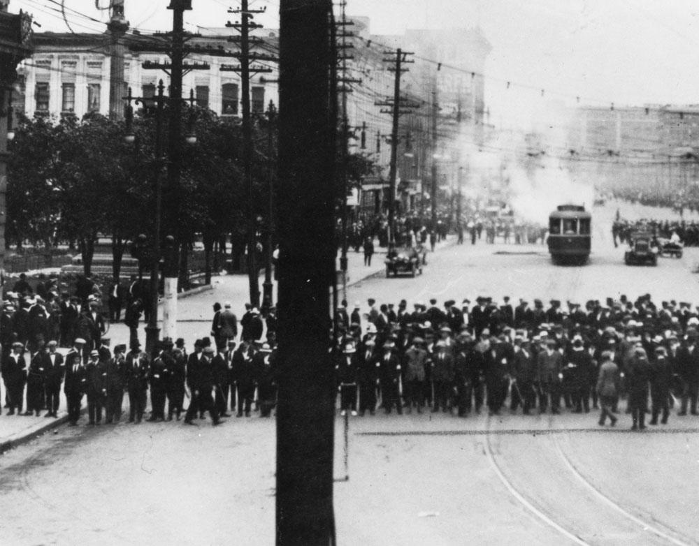Gendarmes spéciaux maniant des matraques durant l'émeute du 21 juin 1919 à Winnipeg