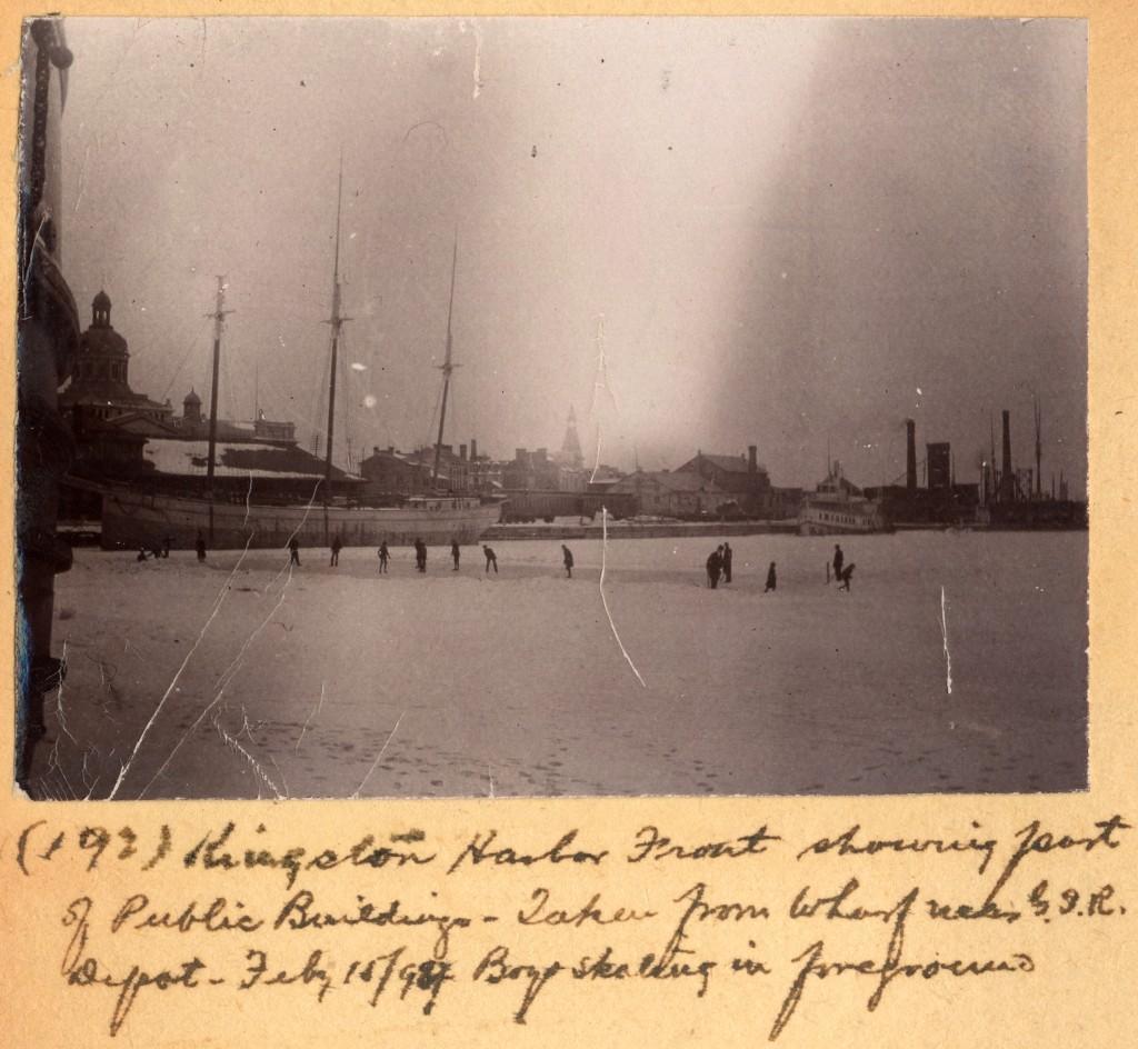 Match de hockey, façade portuaire de Kingston, en 1898. Musée canadien de l'histoire, Fonds Edwin Lester Brittain, H-153