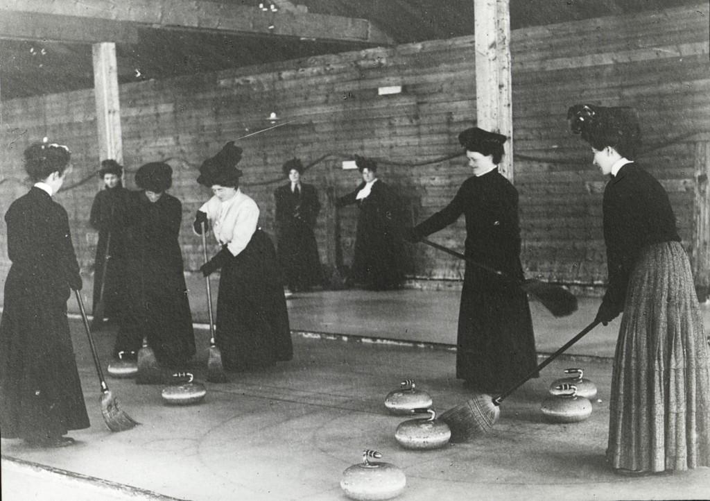 Femmes jouant au curling vers 1900. Archives du Musée canadien de l'histoire, S2004-1017 LS