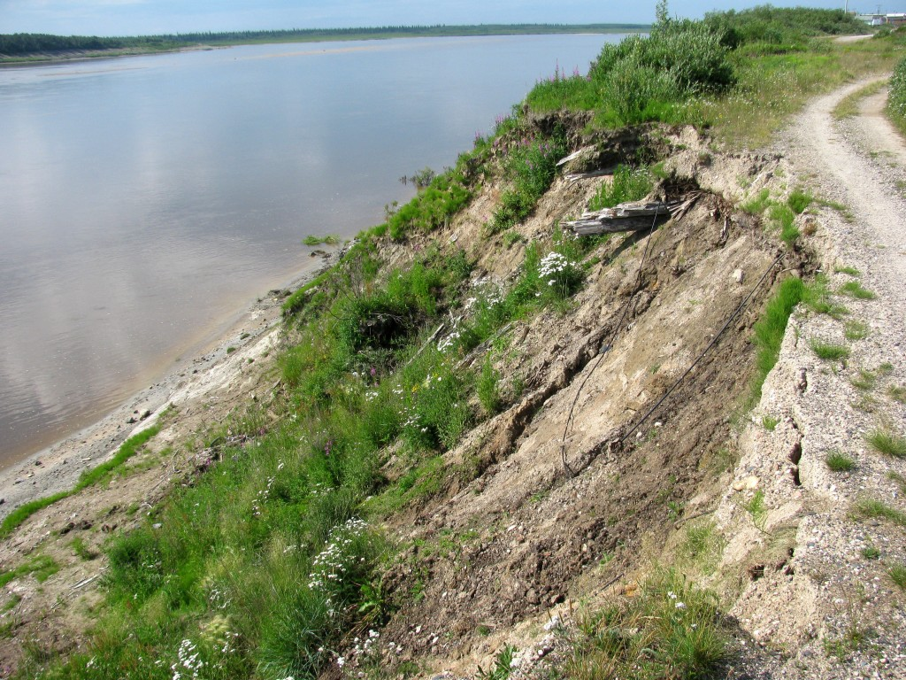 Vue de la berge qui s'érode devant le poste de la HBC construit à Fort Severn au milieu des années 1700. Depuis la précédente visite de l'auteur à Fort Severn, en 1984, près de 10 mètres de cette berge sont disparus dans la rivière Severn, emportant d'irremplaçables morceaux de l'histoire canadienne.