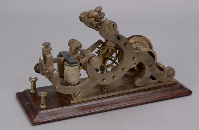 Enregistreur morse datant du milieu du XIXe siècle. Cet objet recevait les signaux en morse (Musée canadien de l'histoire, CN-75 a).