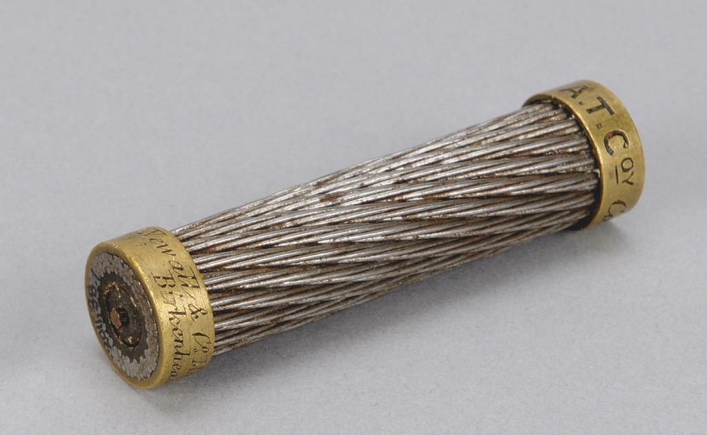 Section du câble télégraphique transatlantique fabriqué en 1857 par la compagnie Newall and Co. et utilisé lors de la première transmission télégraphique entre l'Europe et l'Amérique du Nord, en 1858 (Musée canadien de l'histoire, 2011.38.1).