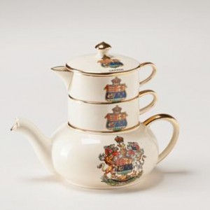 Stackable teapot set featuring the Canadian coat of arms