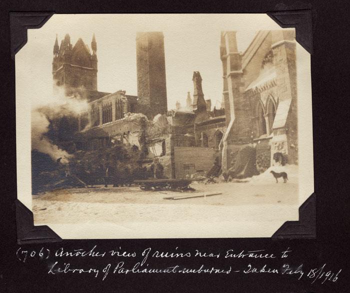 Photos des édifices du Parlement prises quelques jours après l'incendie. Musée canadien de l'histoire, photos d'Edwin Lester Brittain, PR2004-012.8.1-697, PR2004-012.11.2-705