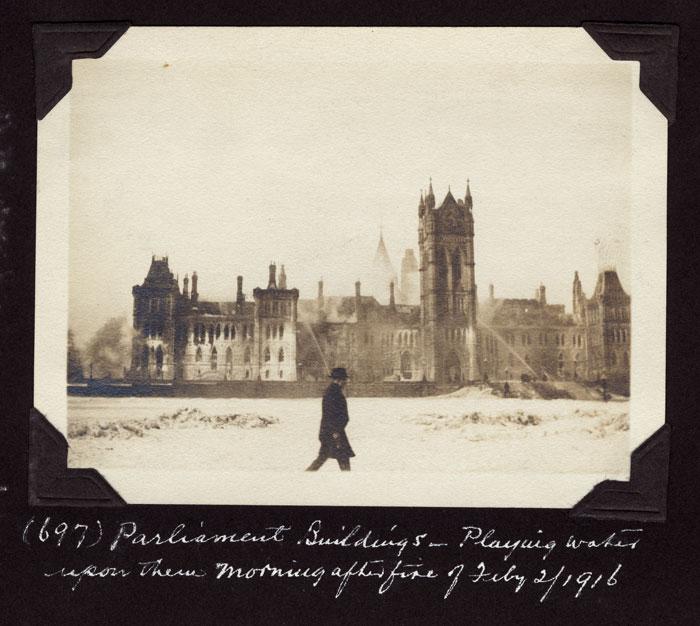 Photos des édifices du Parlement prises quelques jours après l'incendie. Musée canadien de l'histoire, photos d'Edwin Lester Brittain, PR2004-012.8.1-697, PR2004-012.11.2-705, PR2004-012.10.2-702, PR2004-012.12.1-706