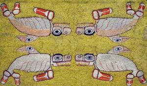 Un tapis jaune avec quatre bêtes dessus