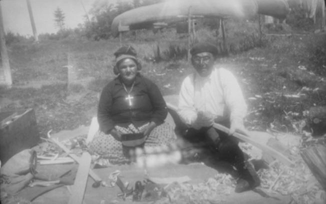 Damien Mestokosho et sa femme Agathe. Fabrication d'un canot. Photo prise à Mingan en 1952 par William F. Stile. National Museum of the American Indian, Heye Foundation