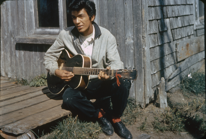 William F. Stiles. Thommy Mestokosho, Innu playing the guitar, Mingan, Qc.Canada, Smithsonian Institution, National Museum of the American Indian. (William F. Stiles. Thommy Mestokosho, un Innu, joue de la guitare, Mingan (Québec) Canada, Smithsonian Institution, National Museum of the American Indian.)