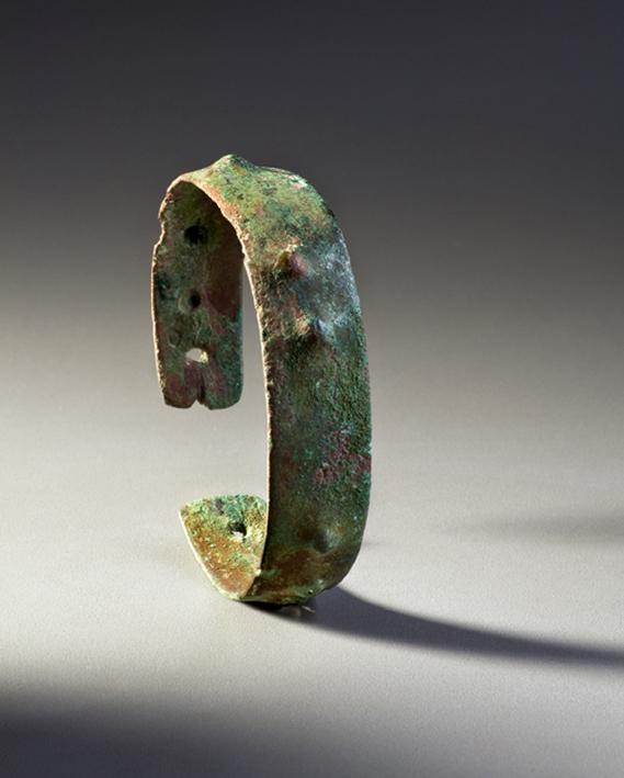 Bracelet, fin de la période archaïque, lac Supérieur, il y a 3000 à 4000 ans Cuivre natif Musée canadien de l'histoire, DiJa-1:34