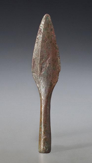 Pointe de lance ou couteau, fin de la période archaïque, lac Supérieur, il y a 3000 à 4000 ans Cuivre natif Musée canadien de l'histoire, DiJa-1:44