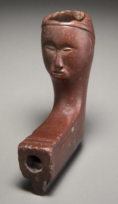 Pipe, culture inconnue, sud de l'Ontario, après 1600, catlinite Musée canadien de l'histoire, VIII-F:8569