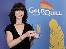 Lee Wyndham, coordonnatrice des publications des Musées, montrant le prix Gold Quill décerné par l'AIPC
