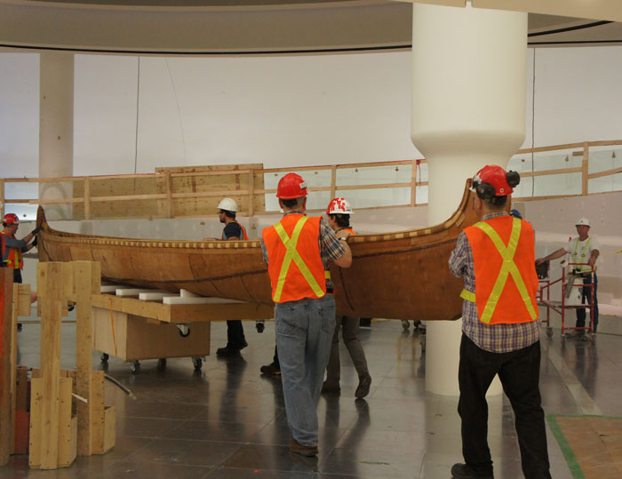 Moving the canot du maître into the Canadian History Hall for its installation. Canadian Museum of History, photo E. Laberge