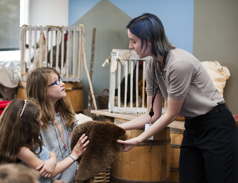 De jeunes élèves participent à un programme scolaire au Musée