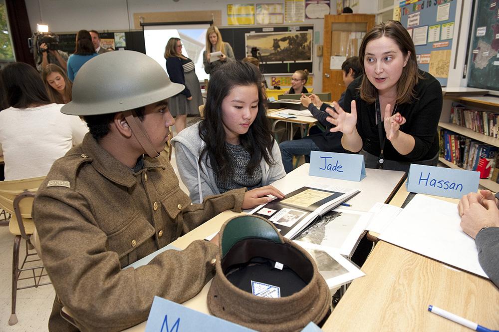 Des élèves découvrent l'histoire militaire de façon bien concrète
