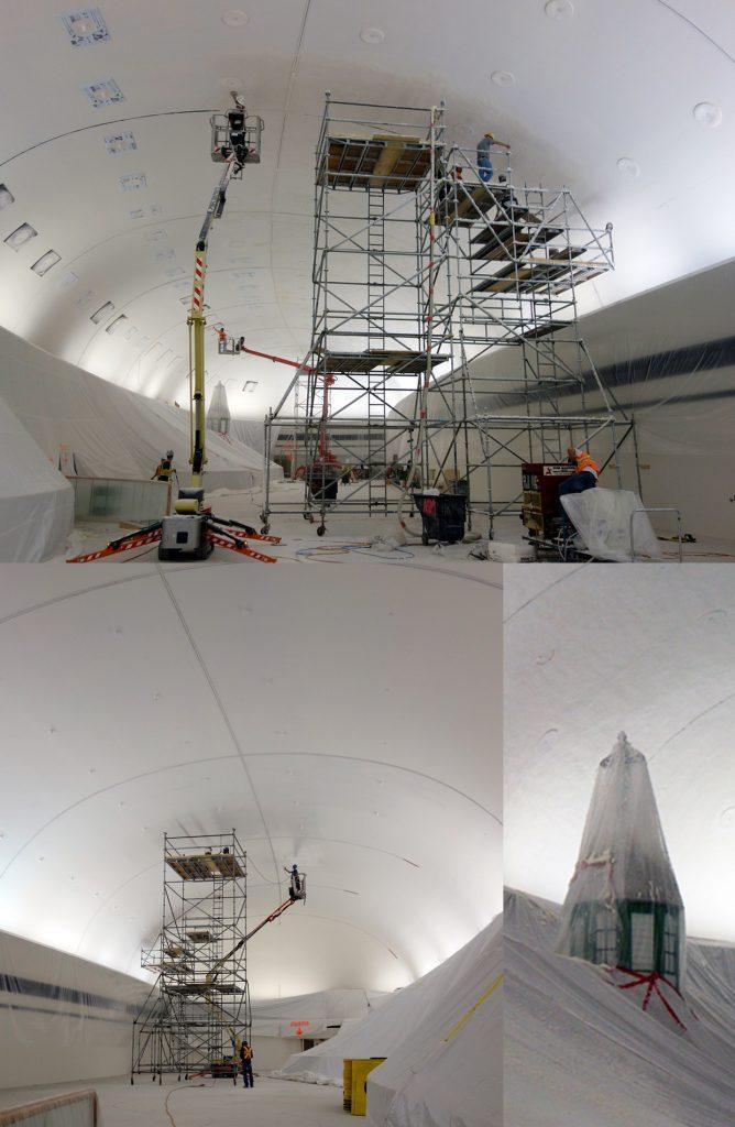 La solution employée pour relever le défi acoustique du dôme a été de traiter le plafond en pulvérisant un matériau fibreux. Il a fallu une planification soignée et… beaucoup d'échafaudages.
