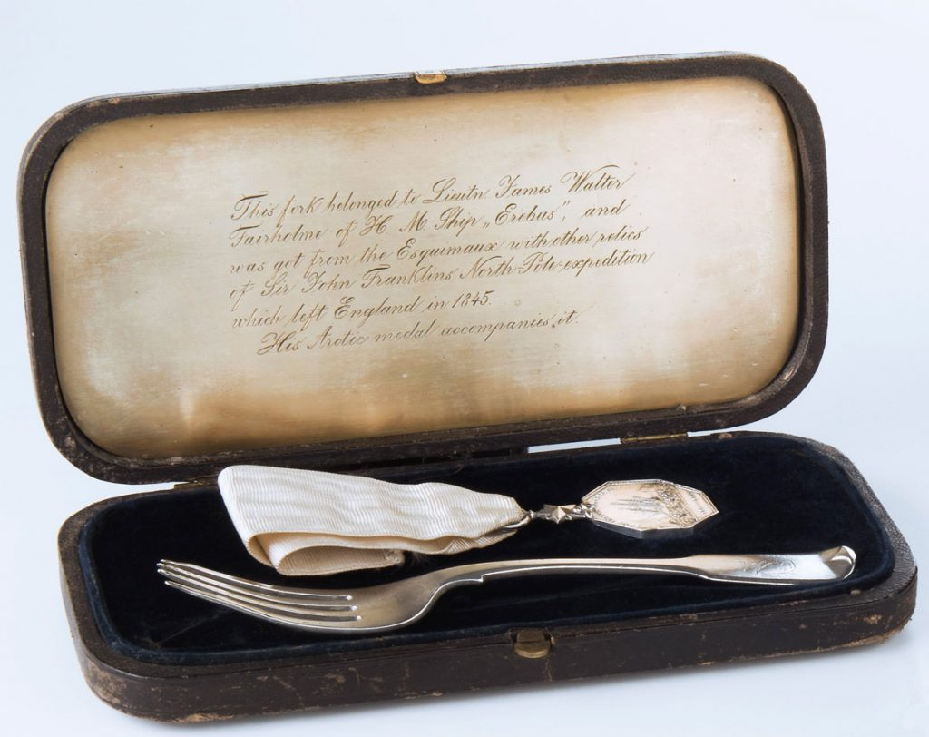 Dessert fork and Arctic Medal in a case. Canadian Museum of History, Lieutenant Fairholme's collection, 2015.46.1.1; 2015.46.1.2 a-b; 2015.46.1.3, IMG2016-0321-0015