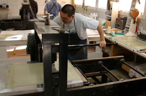 Niviaqsi Quvianaqtuliaq creating a lithograph