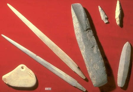 Multiple stone artifacts, mainly pointy spearheads.