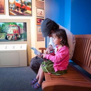 Parents et enfants découvrent les aventures de Thomas